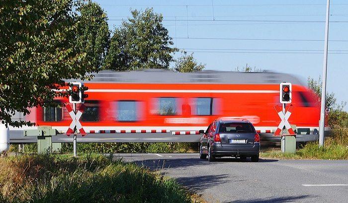 To kierowcy są winni wypadków na przejazdach kolejowych