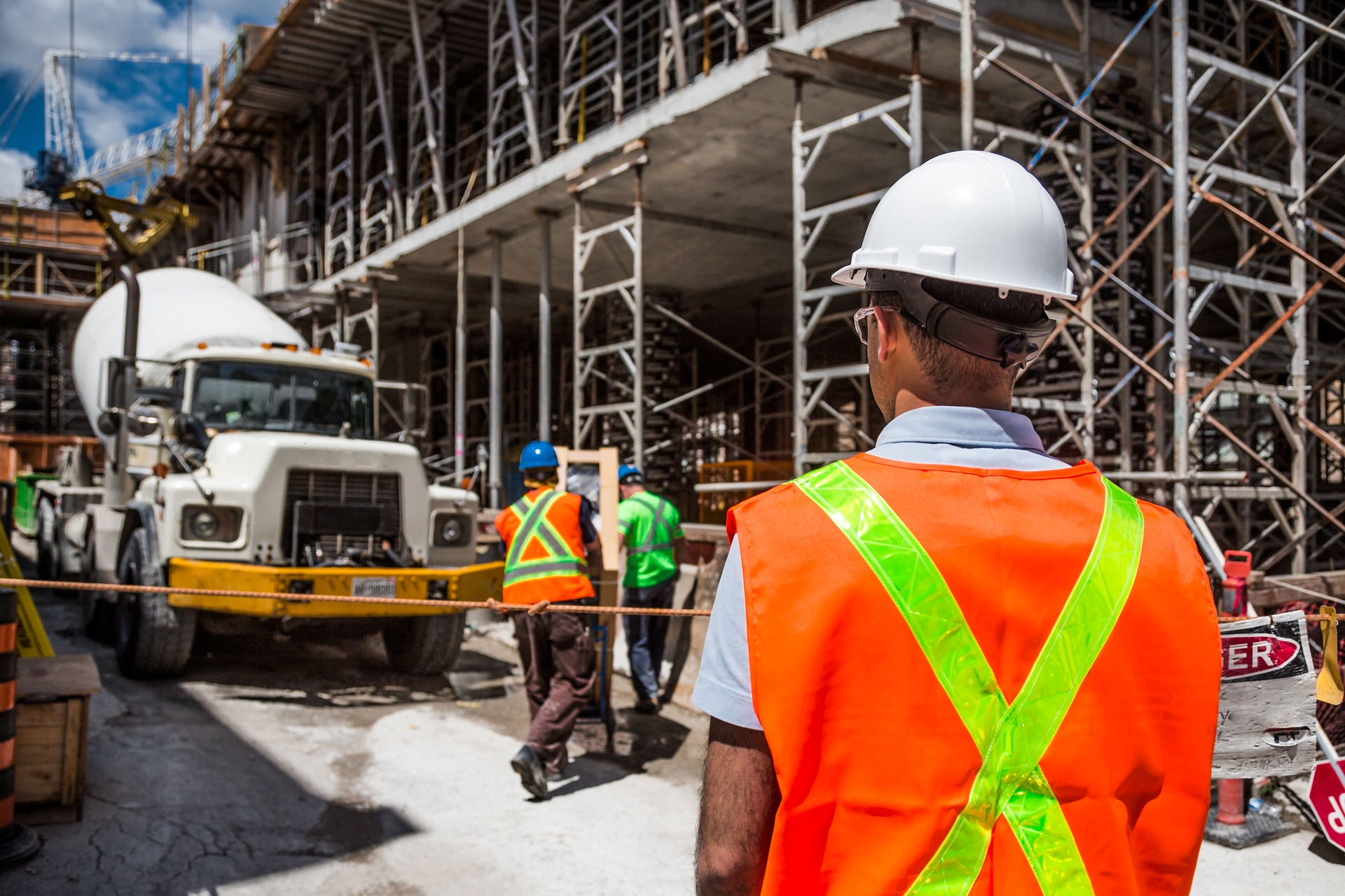 Nowe standardy BHP dla maszyn do przenoszenia i podawania betonu
