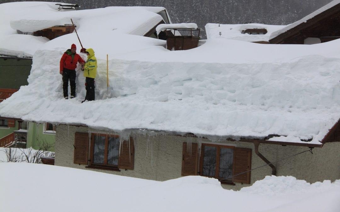 Bezpieczne odśnieżanie dachów