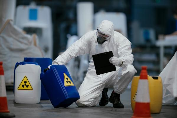 Magazynowanie materiałów niebezpiecznych – kilka zasad, o których należy pamiętać