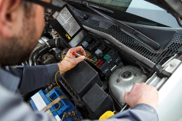Kto może naprawiać auta elektryczne i hybrydowe?