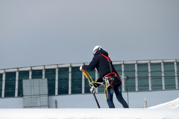Odśnieżanie dachów – obowiązki pracodawcy