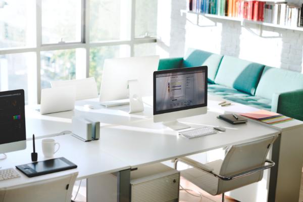 Ergonomia w warunkach HO: biurko-stół roboczy